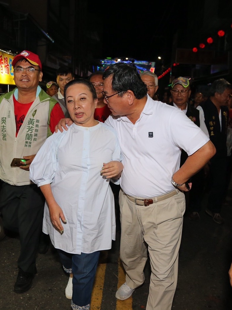 張花冠(左)控告陳明文(右)用手勾住她的脖子,涉嫌性騷擾。(資料照)