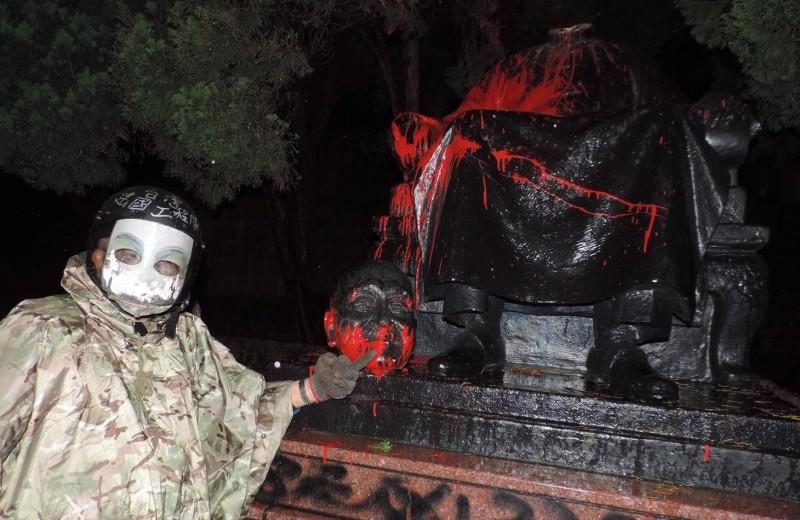 獨派人士「斬首」陽明公園內蔣介石銅像,被派刑6個月。(圖由台灣建國工程隊提供)