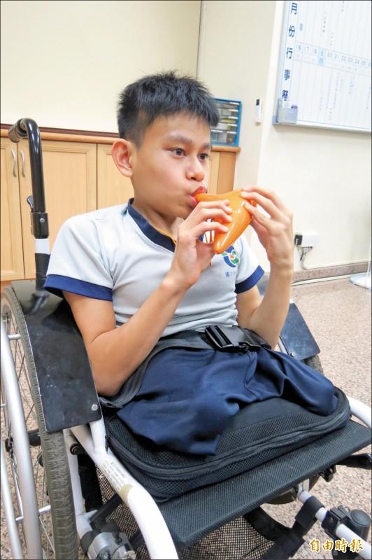 潘進富克服先天障礙苦學陶笛有成,已有四張街頭藝人證照。(記者蘇孟娟攝)