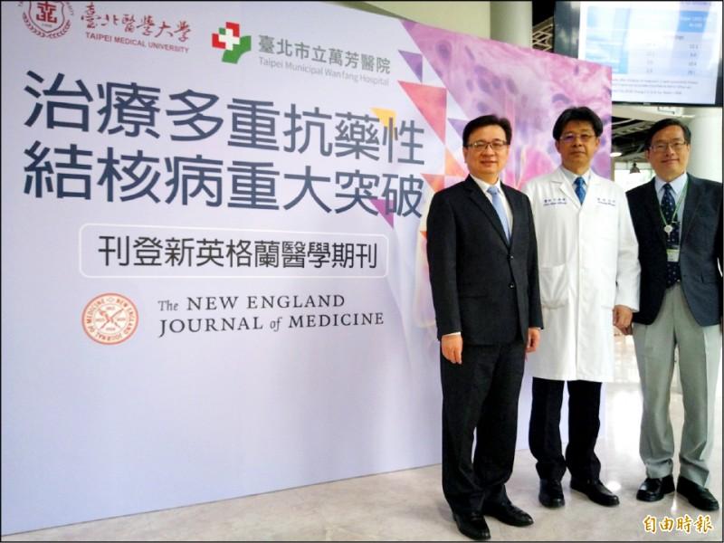 北醫大發表多重抗藥性結核病患治療研究,江振源(中)表示,新療法比世界衛生組織建議的療程縮短一半以上。(記者吳亮儀攝)