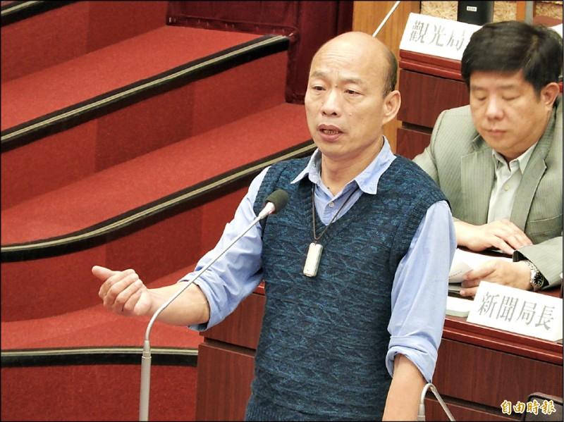高雄市長韓國瑜昨反駁資深媒體人黃光芹的指控,強調喝酒時,手當然放酒杯上啊。(記者葛祐豪攝)