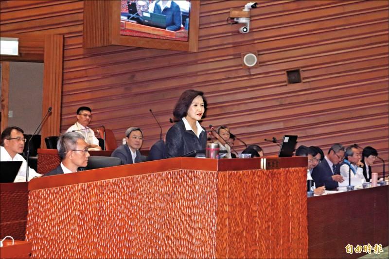 國民黨籍宜蘭縣長林姿妙昨首次列席縣議會施政總質詢,上備詢台時,祕書長林茂盛跟著坐在一旁,引發現場藍綠議員的不滿。(記者林敬倫攝)