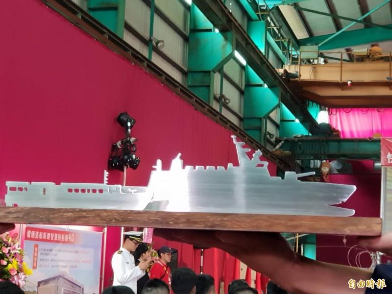 首艘沱江艦量產模型(圖右)與快速布雷艇模型(圖左)。(記者李欣芳攝)