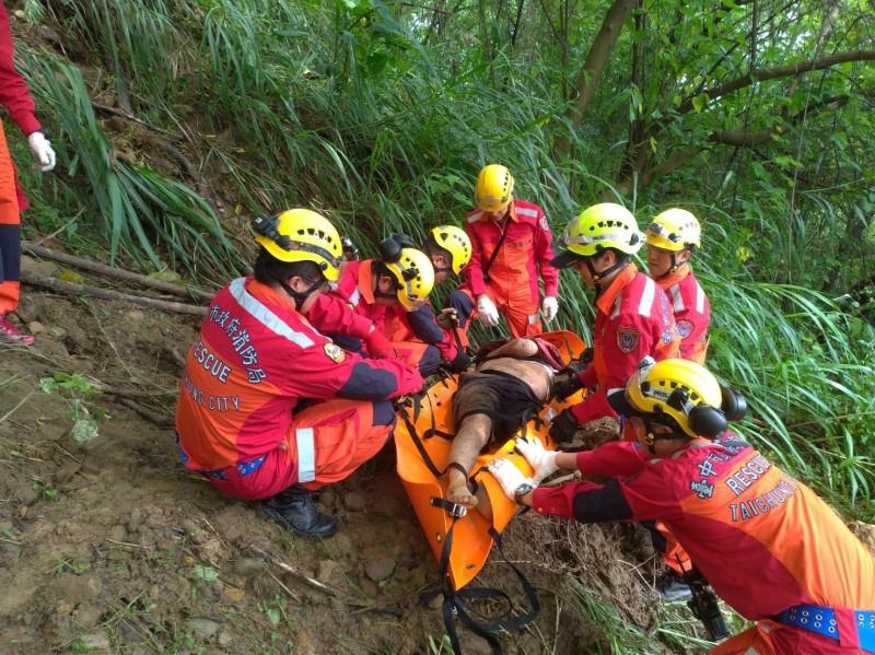 消防人員將廖姓死者從山谷救援。(記者張軒哲翻攝)
