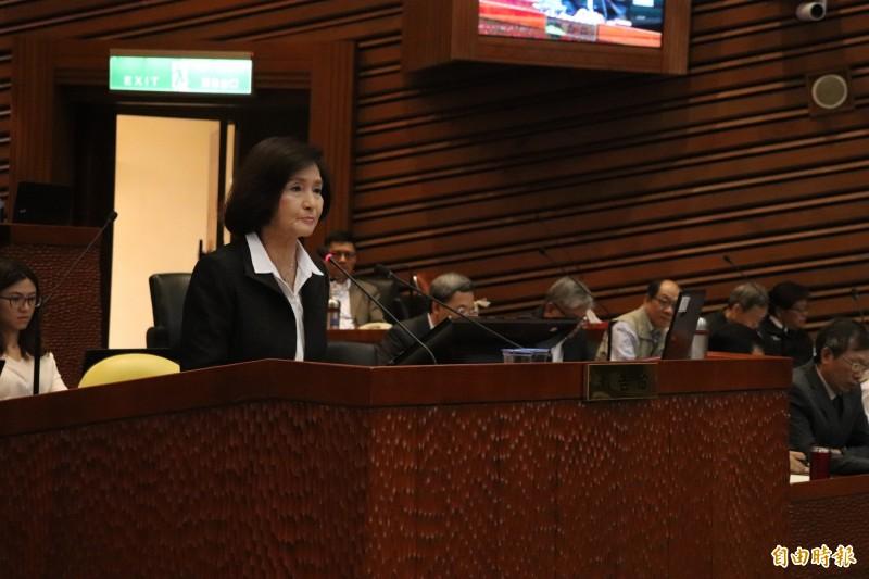 宜蘭縣長林姿妙今參與宜蘭縣議會質詢,對於議員詢問,縣長知道竹科投資宜蘭的「蘭青庭」嗎?林姿妙回,她有聽過竹蜻蜓。(記者林敬倫攝)