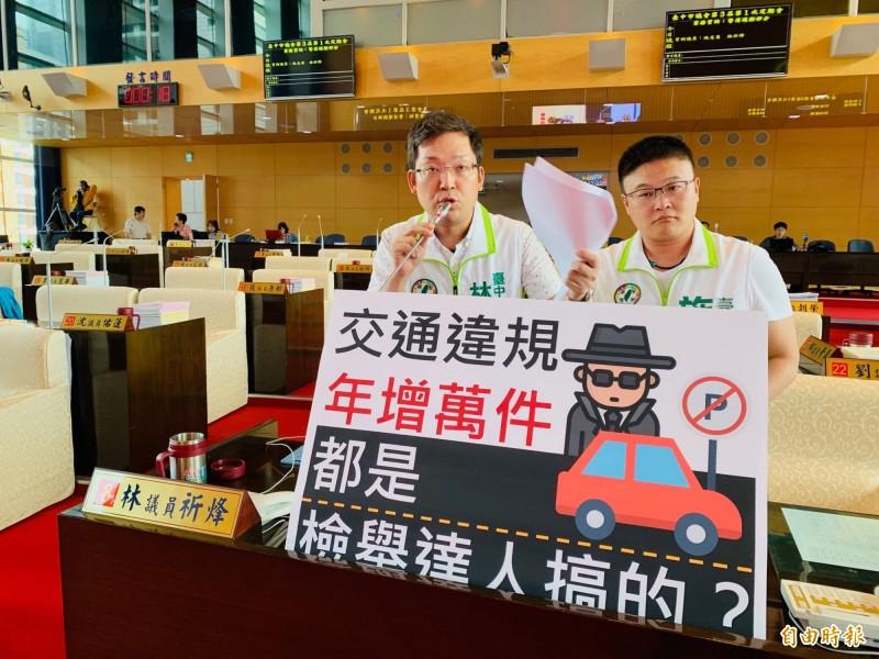 中市去年交通違規罰款近14億元,市議員林祈烽(左)、施志昌(右)譏諷市民的荷包幾乎成了政府的提款機。(記者黃鐘山攝)