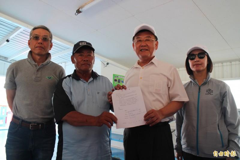 海上平台業者簽署維護海洋公約,交由縣長賴峰偉保管。(記者劉禹慶攝)