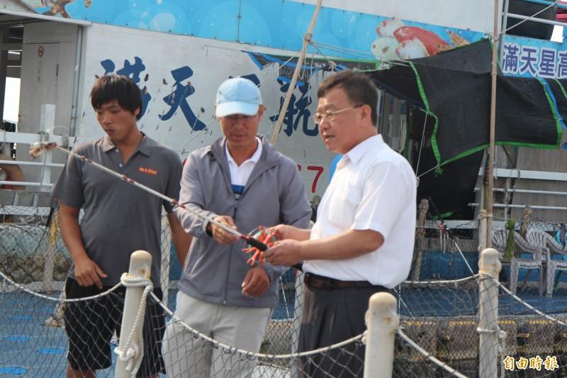 澎湖縣長賴峰偉釣魚初體驗,獻給海上平台箱網。(記者劉禹慶攝)