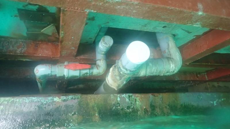 澎湖縣政府請潛水人員下海查看,確定海上平台封存管洞。(澎湖縣旅遊處提供)