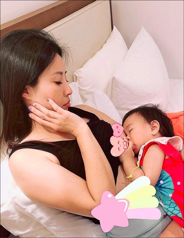 吳小姐長期側臥親餵女兒,長時間低頭、姿勢不良。 (記者蔡淑媛翻攝)