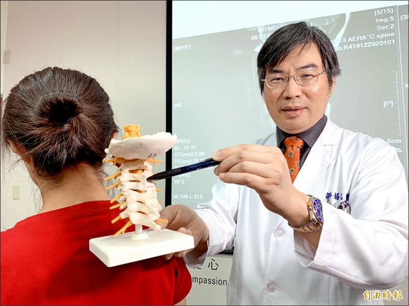鄒錫凱醫師指吳小姐頸椎第4、5節椎間盤突出合併椎間盤破裂。 (記者蔡淑媛攝)
