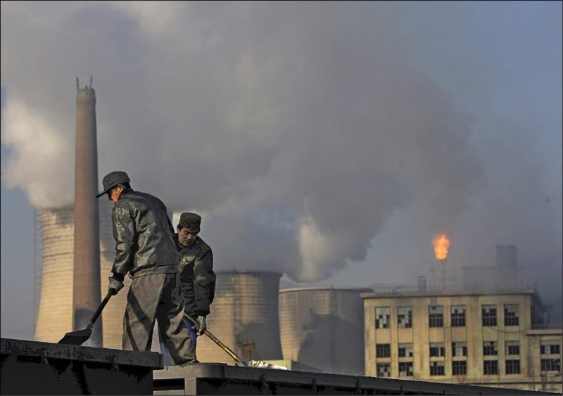 刊登在英國《自然》期刊上的最新研究指出,中國山東省及河北省工廠的污染物排放,為傷害臭氧層化學物質「一氟三氯甲烷」含量上升的主要原因。圖為2007年河北省張家口下花園區工廠。(美聯社)