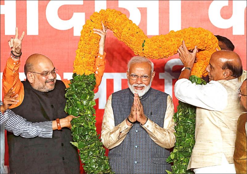 印度二十三日展開大選開票工作,現任總理莫迪領導的「印度人民黨」,預計在下議院席次過半。圖為莫迪在新德里的競選總部。(路透)