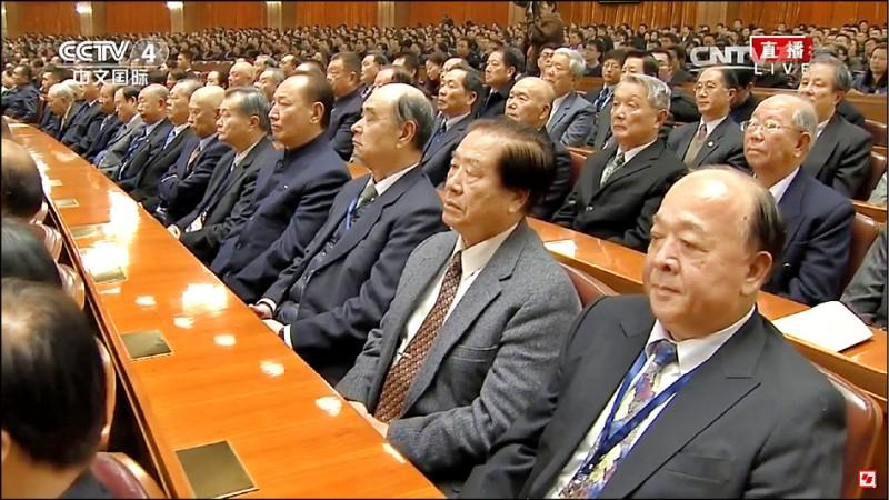 退役中將吳斯懷(前排右)等人曾出席中共官方活動,並在播放中國國歌時起立致敬,這種行為未來將違法。(取自YouTube)