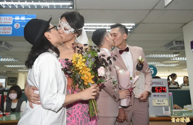台灣通過同婚合法化後,今(24日)出現同志結婚潮,但中國卻對此現象感到恐懼,加大力度打壓同性戀。(記者方賓照攝)