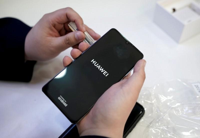 香港網友貼出一張華為手機「低於半價出售」的訊息,調侃「香港不是不想停賣」,而是有太多現貨要清。(資料照,路透社)