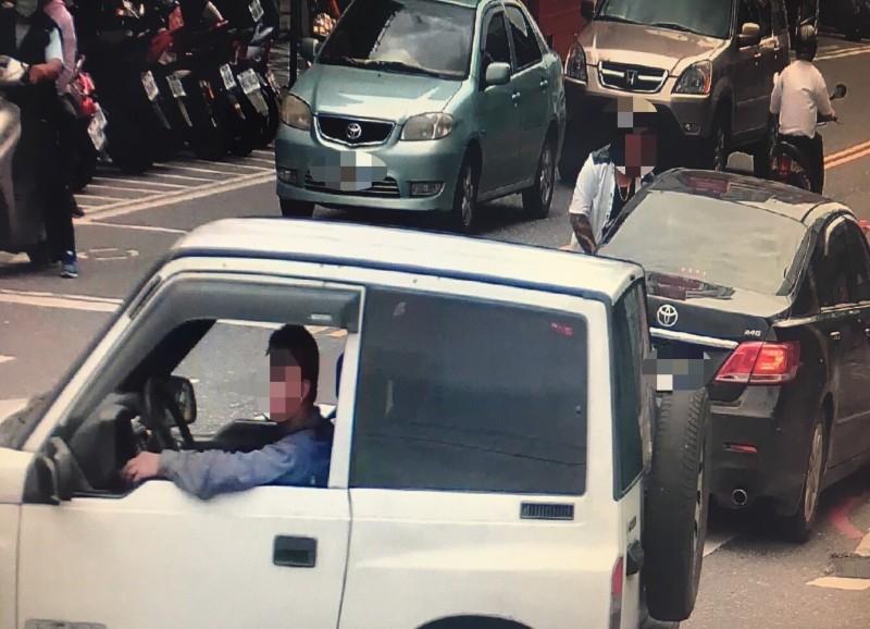 監視器拍到曾男駕駛贓車的畫面。(記者張瑞楨翻攝)