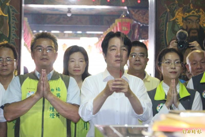 賴清德參加彰化西瓜節活動也在活動現場九玄寺上香祈福。(記者張聰秋攝)