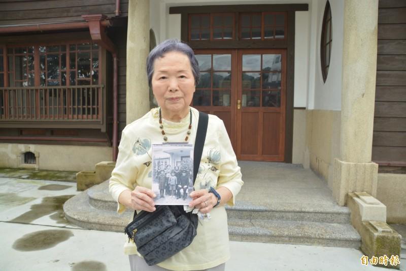 91歲今泉光子在8歲時隨父親谷口廣三入住台鐵花蓮管理處長官邸,今在大門拍下跟80多年相同位置的照片作為紀念。(記者王峻祺攝)