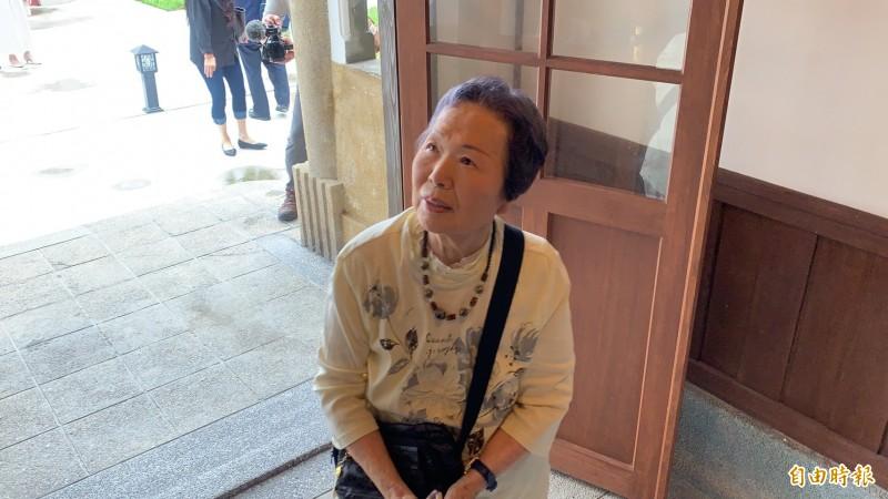 91歲今泉光子受邀重返台鐵花蓮管理處處長官邸,一踏進故居相當感動,不斷回憶過去的一景一物。(記者王峻祺攝)
