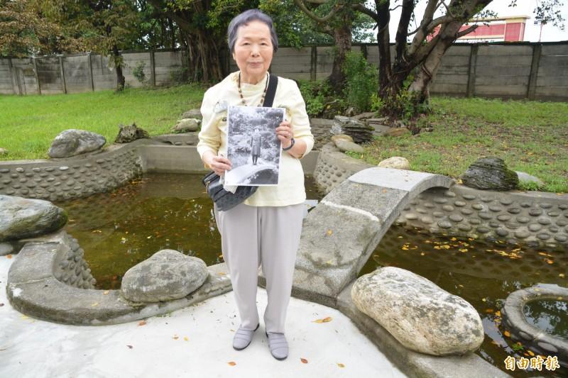 今泉光子今在官邸後方的池塘小橋邊拍下與83年前相同的照片,並指著一旁榕樹,感嘆「景物依舊,但歲月就像做夢一樣過去了!」 (記者王峻祺攝)