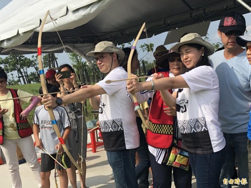 新北副市長吳明機與文化局長蔡佳芬一同體驗史前的射箭活動。(記者周湘芸攝)