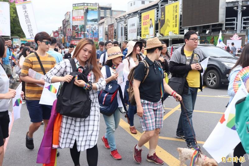 「宜蘭驕傲大遊行」今在羅東鎮中山公園登場,約有600人一起上街挺同、挺平權。(記者林敬倫攝)