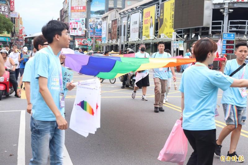 同婚專法通過後首場彩虹遊行「驕傲大遊行」,今天在羅東鎮中山公園登場,約有600人參與。(記者林敬倫攝)
