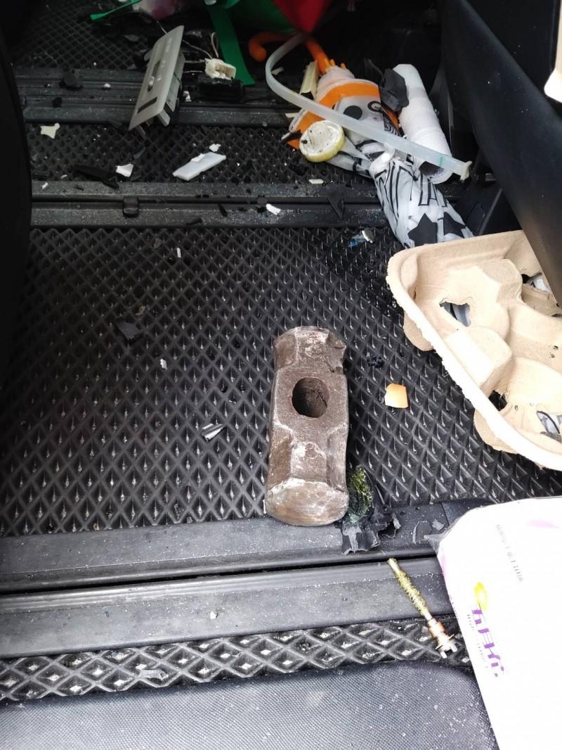 重約20公斤的無柄榔頭從工地26樓墜落,應聲砸破車頂玻璃天窗,掉在第二排座位腳踏墊上。(記者吳仁捷攝)