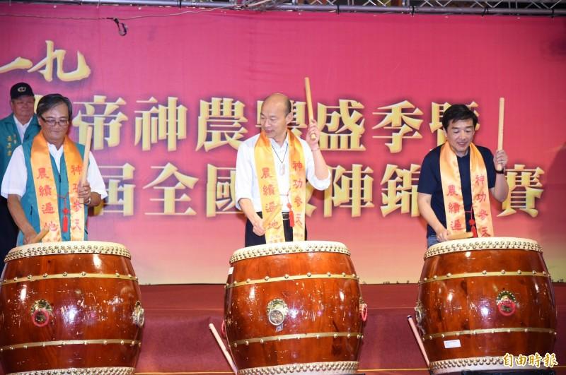 全國鼓陣大賽今晚由高雄市長韓國瑜一同擊鼓後揭開序幕。(記者張忠義攝)