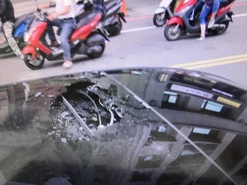 重約20公斤的無柄榔頭從工地26樓墜落,應聲砸破車頂玻璃天窗,掉進車內。(記者吳仁捷翻攝)