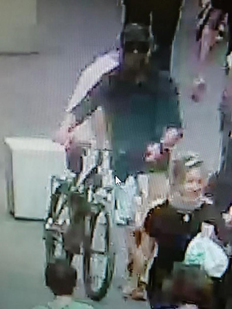 警方已經鎖定一名騎自行車的可疑男子,也在調查是否與恐怖主義有關。(法新社)