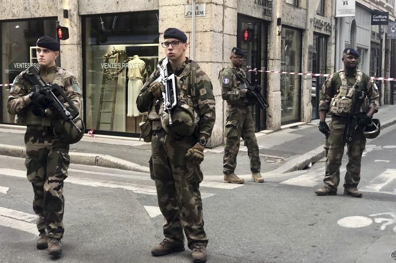 法國軍隊進駐里昂街道。(法新社)