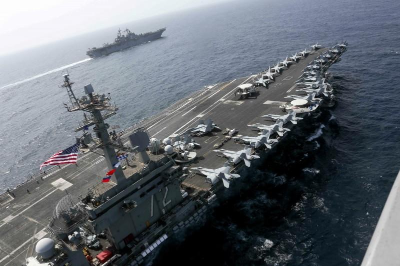 伊朗警告美國,他們已部署了「秘密武器」,準備摧毀進入波斯灣的美軍航艦和戰艦。圖為航空母艦「林肯號」在阿拉伯海巡弋。(美聯社)