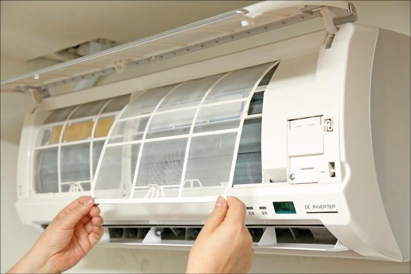 除了定期洗濾網,張偉明建議每2、3年可請專人用藥水清洗冷氣,清理冷氣陳年累積的內部髒汙,可以有效提高15%的效能,也更為省電。(記者沈昱嘉/攝影)