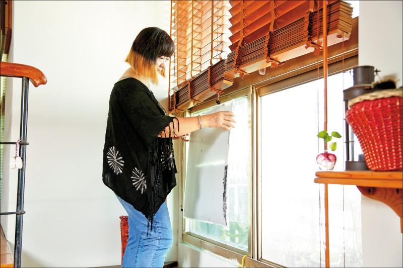 將板子貼上錫箔紙後貼在窗戶上,可以有效阻擋日曬、熱輻射,降低室內溫度。(記者沈昱嘉/攝影)
