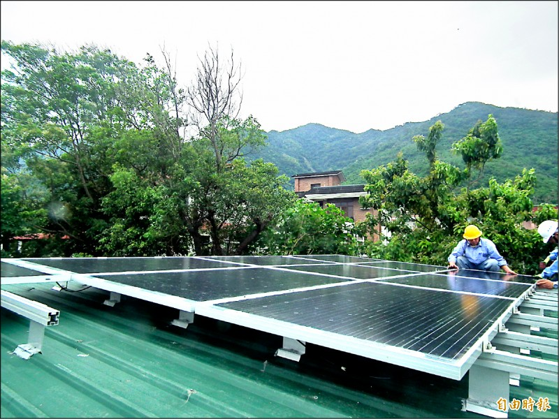 太麻里鄉拉勞蘭部落響應綠能,與民間再生能源科技公司合作,在小米工坊搭建太陽光電發電設備。(記者陳賢義攝)