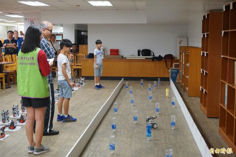 小朋友參加輪型機器人障礙競速。(記者廖淑玲攝)