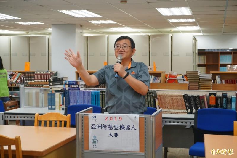 虎科大圖書館館長、也是自動化工程系教授李廣齊主持開幕。(記者廖淑玲攝)