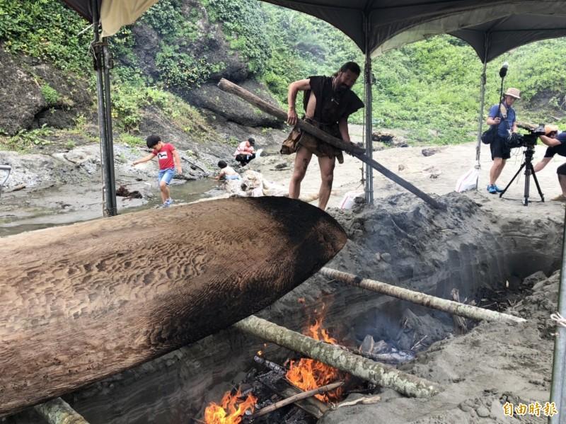生火烤獨木舟,降低水中阻力。(記者黃明堂攝)