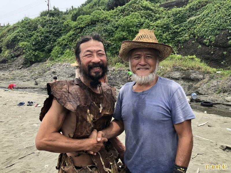 日本的造舟工藝師雨宮國廣(左)與台灣阿美族造舟工藝師Laway。(記者黃明堂攝)
