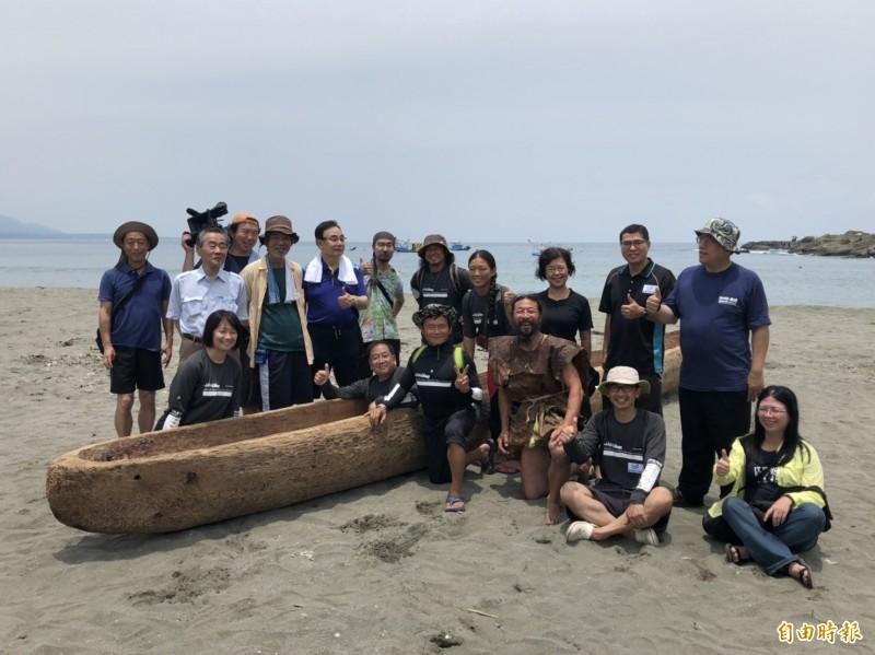 將模擬3萬年前史前人類航海移民可能方式的日本造獨木舟,今天在長濱烏石鼻海灘進行集氣祈福。(記者黃明堂攝)