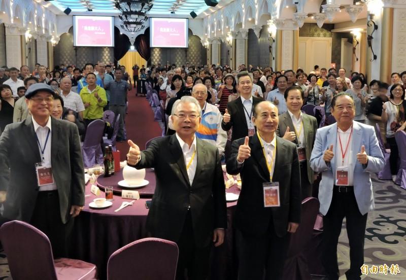 立法院長王金平(前排右2)出席台師大校友會活動,台師大全國校友總會理事長許勝雄(前排左2)支持他選總統。(記者張菁雅攝)