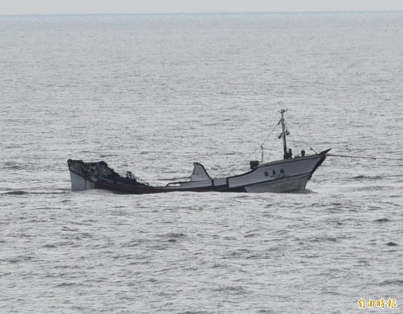 發生火警的瑞易漁號漁船的船體損壞的相當嚴重。(記者葉永騫攝)