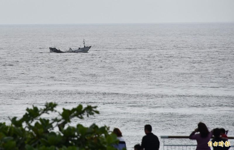 發生火警的瑞易漁號漁船正由船隻拖回鹽埔漁港。(記者葉永騫攝)
