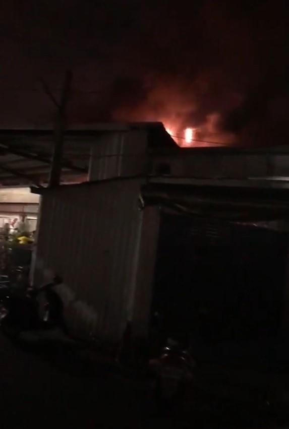高雄市立殯儀館旁民間業者經營的大華館二樓倉庫雜物,今晚9時許突然起火。(記者方志賢翻攝)