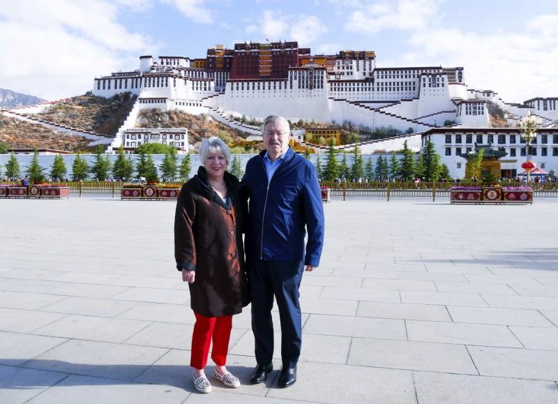 美國駐中大使布蘭斯塔德(圖右)於過去一週訪問西藏及青海,他在出訪期間曾針對中國政府干預西藏佛教徒宗教自由,以及外界不能自由出入西藏自治區表達擔心。(美聯社)