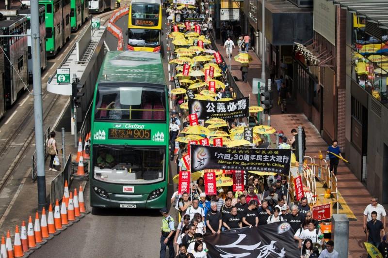 香港26日舉行六四紀念遊行,參與人數超過2200人,破10年來新高。(歐新社)