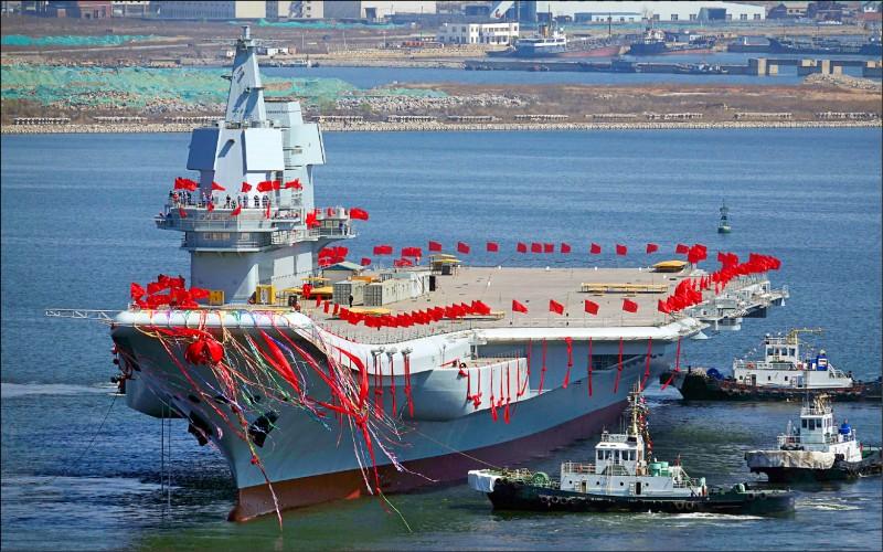 中國首艘國產「001A型」航空母艦,去年5月從大連港駛離,進行海試。(路透檔案照)