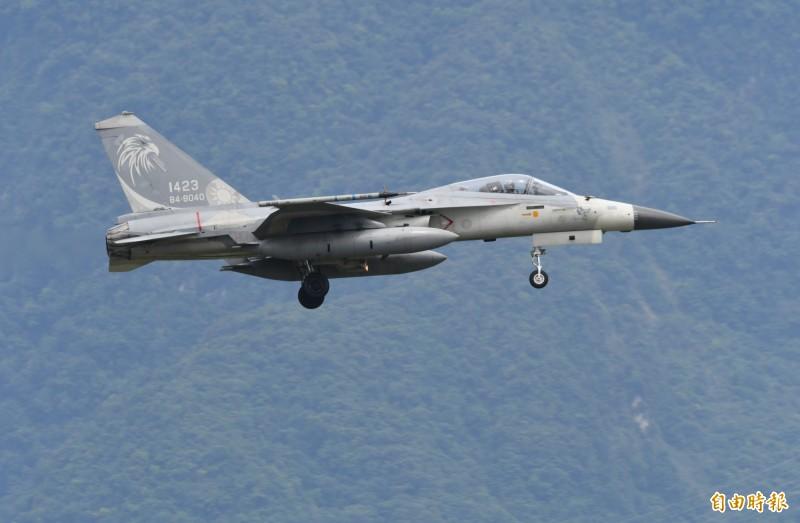 IDF戰機緊急降落花蓮基地,並滑行至佳山基地洞庫內保存戰力。(記者游太郎攝)